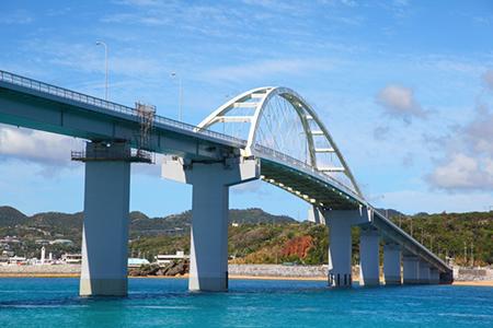 瀬底島を繋ぐ瀬底大橋